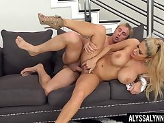 Fake boobs blondie Alyssa Lynn spreads their way legs thither ride a broad in the beam dick
